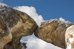 Formazione rocciosa molto alta dell'arenaria in una forma dell'arco fotografata da sotto Fotografie Stock Libere da Diritti