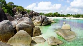 Formazione rocciosa naturale alla spiaggia nell'isola del Belitung, Indonesia Immagine Stock