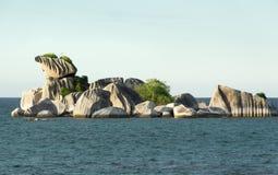 Formazione rocciosa naturale del granito in mare nel pomeriggio, Belitung Fotografia Stock