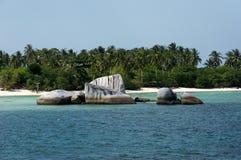 Formazione rocciosa naturale in mare all'isola del Belitung nel pomeriggio ed in una spiaggia di sabbia bianca con le palme verdi Fotografia Stock Libera da Diritti