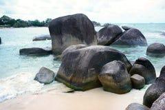 Formazione rocciosa naturale nel mare e su una spiaggia di sabbia bianca nell'isola del Belitung Fotografia Stock