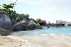 Formazione rocciosa naturale nel mare e su una spiaggia di sabbia bianca nell'isola del Belitung Immagine Stock Libera da Diritti