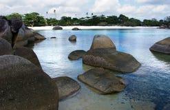 Formazione rocciosa naturale nel mare e su una spiaggia di sabbia bianca nell'isola del Belitung Fotografie Stock Libere da Diritti