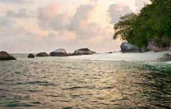 Formazione rocciosa naturale nel mare e su una spiaggia di sabbia bianca nell'isola del Belitung nelle prime ore del mattino Fotografia Stock