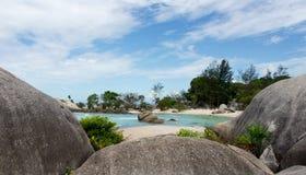 Formazione rocciosa naturale sulla spiaggia di sabbia bianca nell'isola del Belitung Fotografia Stock