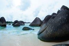 Formazione rocciosa nera naturale sulla spiaggia alla spiaggia nell'isola del Belitung Fotografie Stock