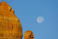 Formazione rocciosa rossa con la luna piena Immagine Stock