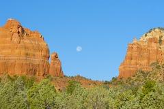 Formazione rocciosa rossa con la luna piena Immagini Stock
