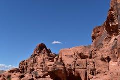 Formazione rocciosa rossa contro cielo blu immagini stock libere da diritti
