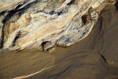 Formazione rocciosa in sabbia a Crystal Cove Beach California del sud fotografia stock libera da diritti