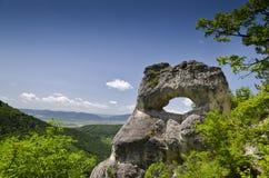 Formazione rocciosa sconosciuta vicino alla città di Shumen, Bulgaria, nominata Okoto Immagini Stock Libere da Diritti