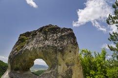 Formazione rocciosa sconosciuta vicino alla città di Shumen, Bulgaria, nominata Okoto Fotografia Stock