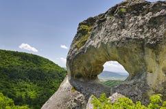 Formazione rocciosa sconosciuta vicino alla città di Shumen, Bulgaria, nominata Okoto Immagini Stock