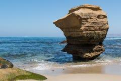 Formazione rocciosa sola erosa a La Jolla, California Immagini Stock Libere da Diritti