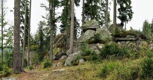 Formazione rocciosa sul pendio di collina di Pernik in montagne di Sumava Fotografia Stock Libera da Diritti