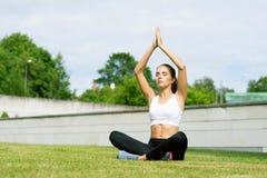 Formazione sportiva della donna all'aperto Concetto di salute e di sport Fotografie Stock