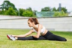Formazione sportiva della donna all'aperto Concetto di salute e di sport Immagini Stock