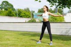 Formazione sportiva della donna all'aperto Concetto di salute e di sport Fotografia Stock