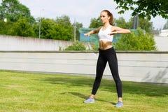 Formazione sportiva della donna all'aperto Concetto di salute e di sport Fotografie Stock Libere da Diritti