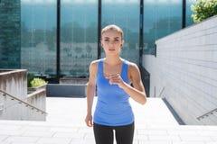 Formazione sportiva della donna all'aperto Concetto di salute e di sport Immagine Stock