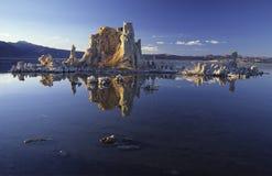Formazioni del tufo sul mono lago Immagini Stock