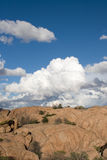 Formazioni della nube sopra granito Immagini Stock
