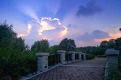 Formazioni della nuvola e ponte di pietra al tramonto Fotografie Stock Libere da Diritti