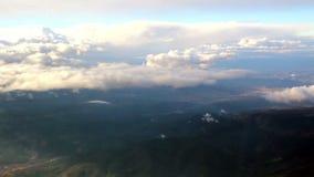 Formazioni della nuvola osservate sull'aereo video d archivio