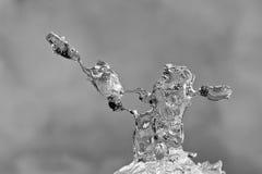 Formazioni di ghiaccio astratte brillanti con fondo grigio Fotografia Stock Libera da Diritti