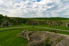 Formazioni rocciose del calcare del paesaggio della montagna Dobrogea fotografia stock libera da diritti