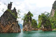 Formazioni rocciose del calcare sul lago tropicale di lan di Cheow del lago Immagine Stock Libera da Diritti