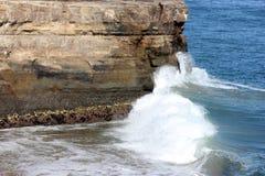 Formazioni rocciose lungo la spiaggia naturale California dei ponti Immagine Stock