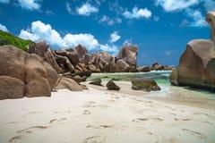 Formazioni rocciose sconosciute su una spiaggia tropicale immagine stock libera da diritti