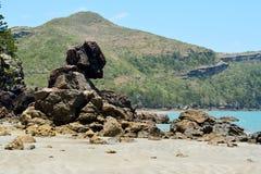 Formazioni rocciose sconosciute sulla spiaggia del lungomare di capo Hillsboro Fotografia Stock Libera da Diritti