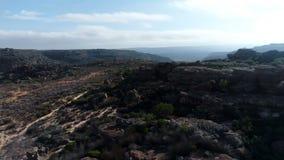 Formazioni rocciose sul paesaggio 4k della campagna video d archivio