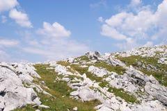 Formazioni rocciose sul pendio di collina Fotografia Stock Libera da Diritti