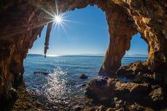 Formazioni rocciose sulla spiaggia in Loutra Edipsou, Evia, Grecia Immagine Stock