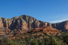 Formazioni rosse della montagna della roccia con gli strati Fotografia Stock Libera da Diritti