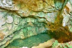 Formazioni variopinte della caverna in Macedonia. fotografia stock