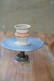 Formbarer Vase am potter's Rad Lizenzfreies Stockfoto