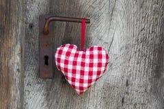Forme à carreaux de coeur accrochant sur la poignée de porte pour la valentine, chri Photos libres de droits