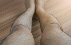 Forme à jambes arquées de jambe asiatique d'homme des jambes, foyer sélectif Images libres de droits