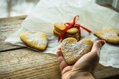 Forme à la maison douce de coeur de biscuit, un cadeau pour les vacances photos stock