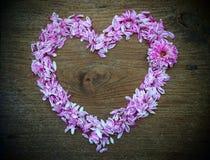 forme abstraite de coeur de fleur sur le fond en bois de texture Photos libres de droits