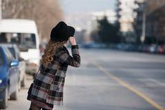 Forme adolescente en ciudad en el borde de la carretera Fotografía de archivo