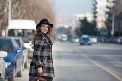 Forme adolescente en ciudad en el borde de la carretera Foto de archivo libre de regalías