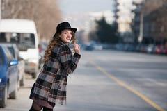 Forme adolescente en ciudad en el borde de la carretera Imagen de archivo libre de regalías