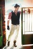 Forme al hombre del estilo en la vieja puerta de wicket Imágenes de archivo libres de regalías