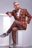 Forme al hombre en ropa del vintage y barba larga Fotografía de archivo libre de regalías