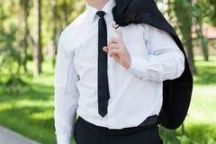 Forme al hombre en un traje y una camisa outdoor Fotos de archivo